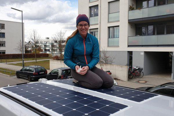 Aufkleben der Solarmodule Aufstelldach