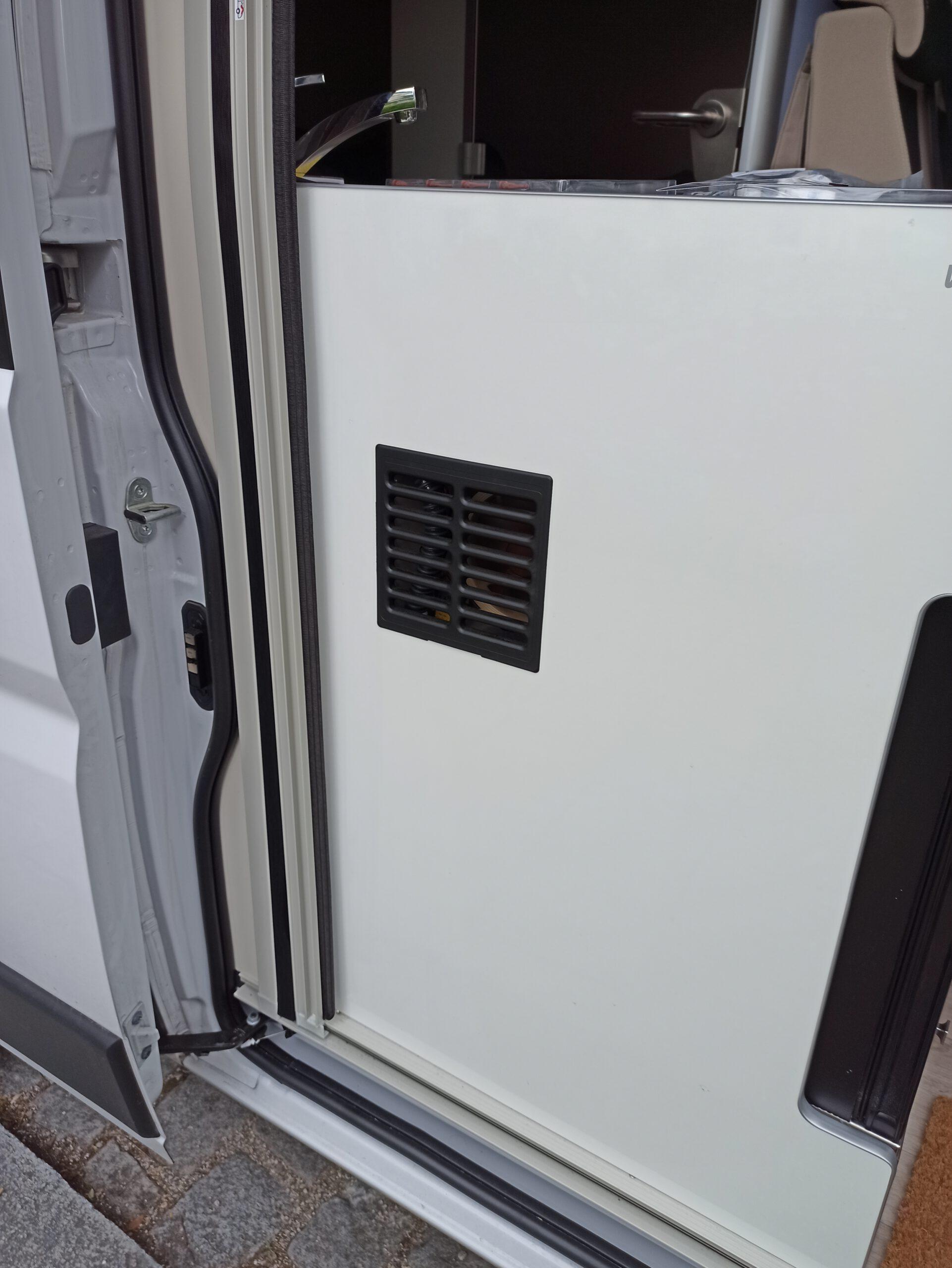 Umbauanleitung lauter Kühlschranklüfter im Westfalia Columbus 540d Lüftungsschacht Vitrifrigo Kühlschrank