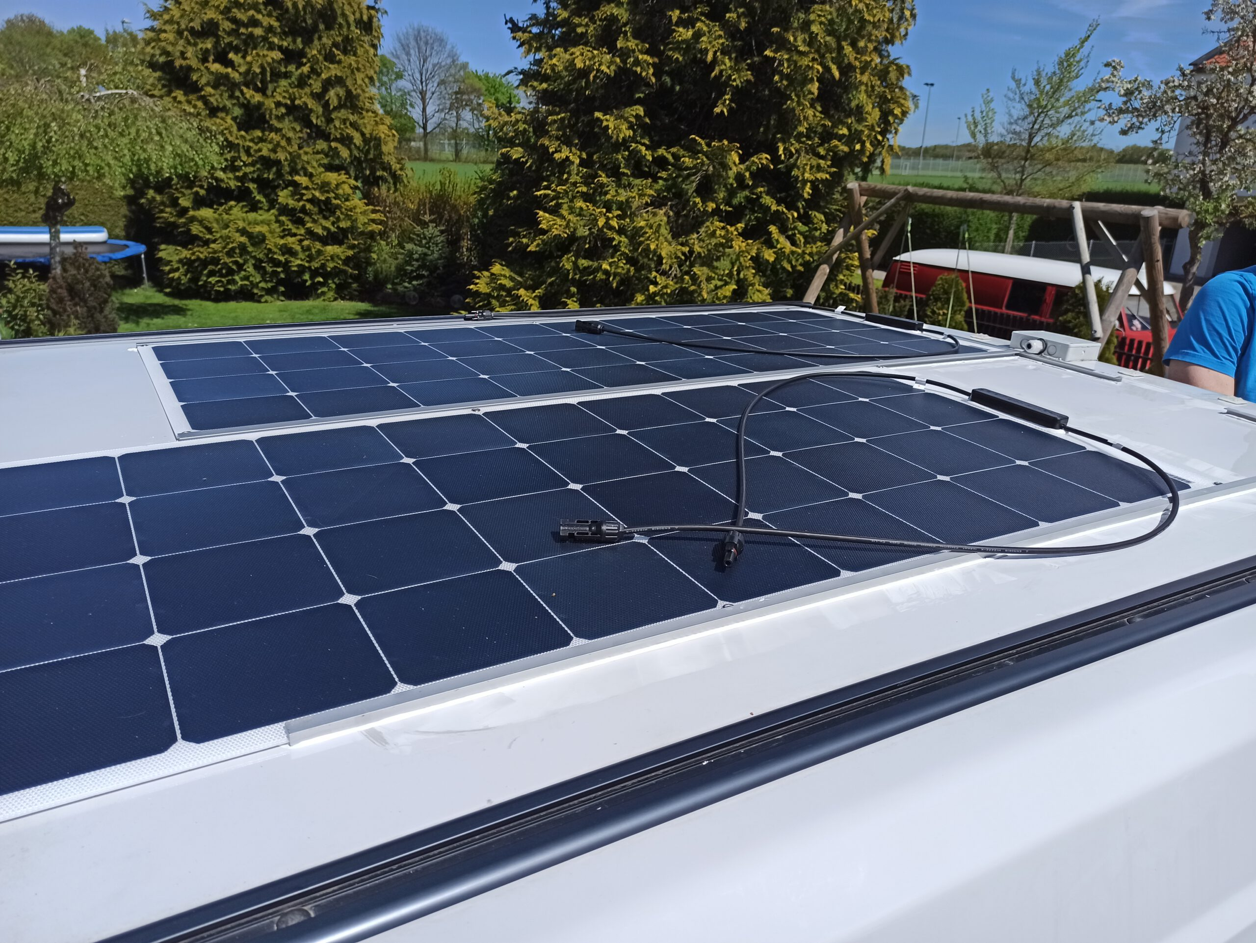 Verkleben semiflexibler Solarmodule auf dem Aufstelldach